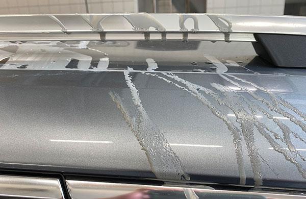 Vandalismus-Schaden durch Farbe und Kleber